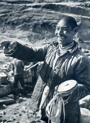 红旗渠落成那天,林县人民从四面八方赶到总干渠分水闸工地,参加庆祝
