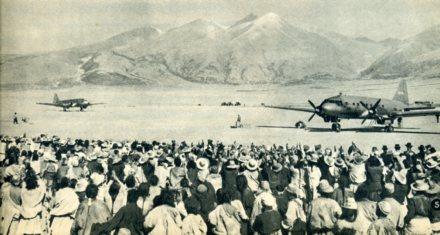 图为飞机在拉萨机场上降落
