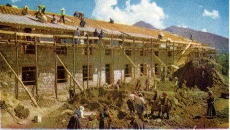 藏族工人和漢族工人共同建筑房屋