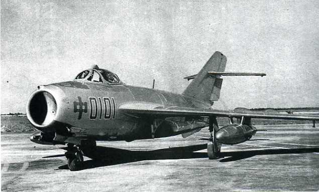 图为国产第一架喷气式战斗机
