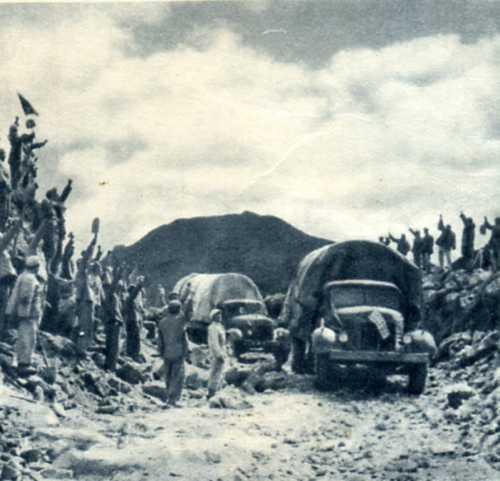 修公路.人民解放军担负修筑青藏、康藏公路的艰巨工程.图为战士们